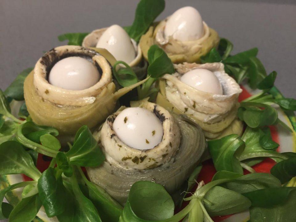 Alcachofas en vinagre rellenas de huevos de codorniz