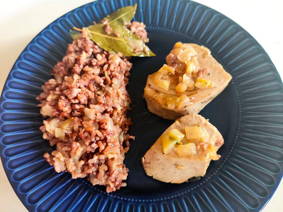 plato con atun y arroz rojo