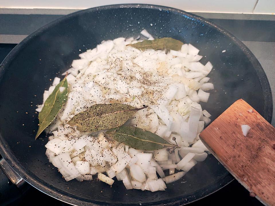 cebolla y laurel en la sarten